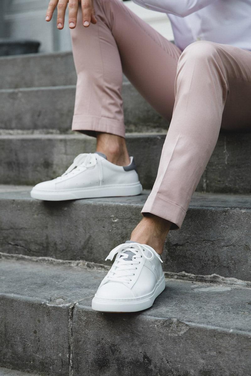 pastel trouwpak witte sneakers