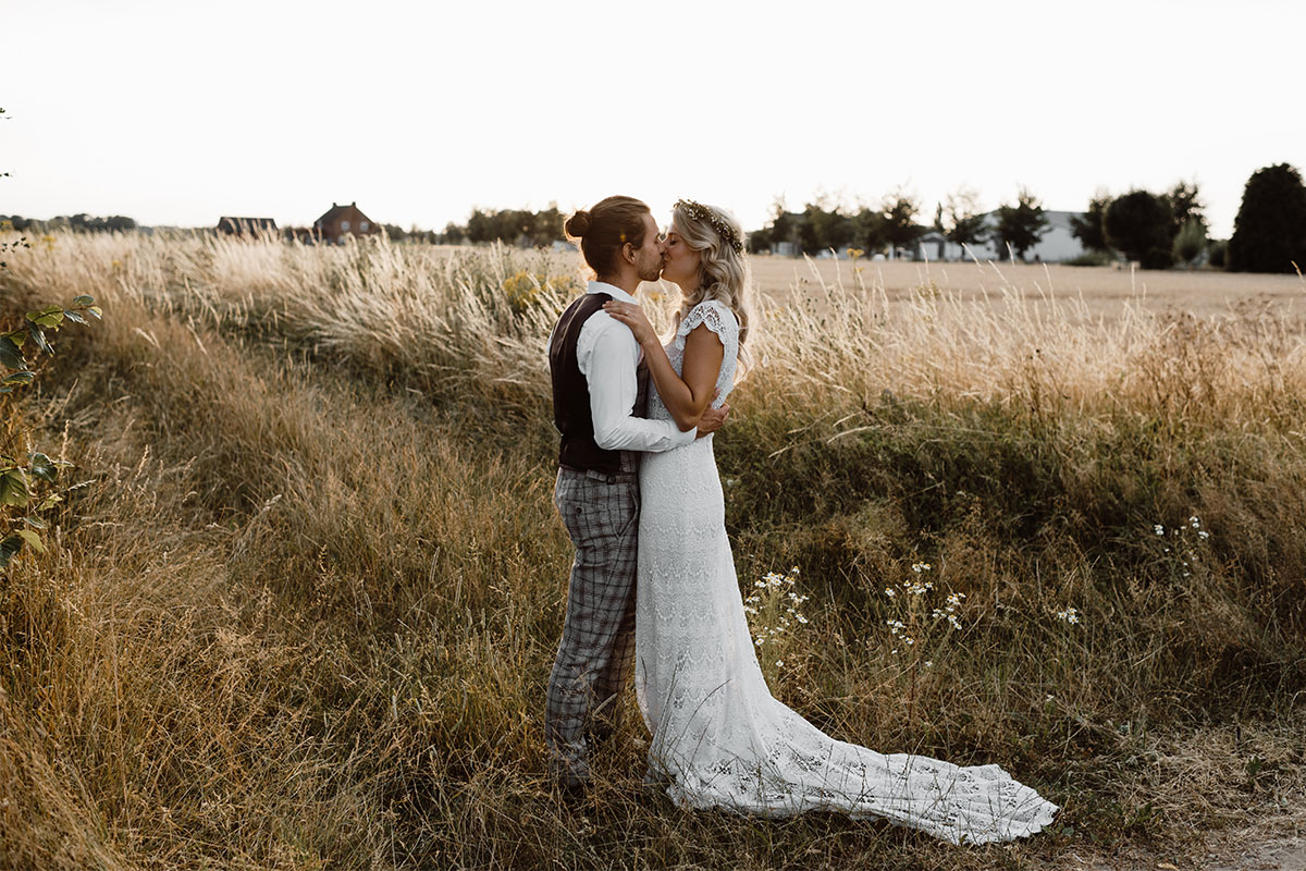 kus bruidspaar in natuur