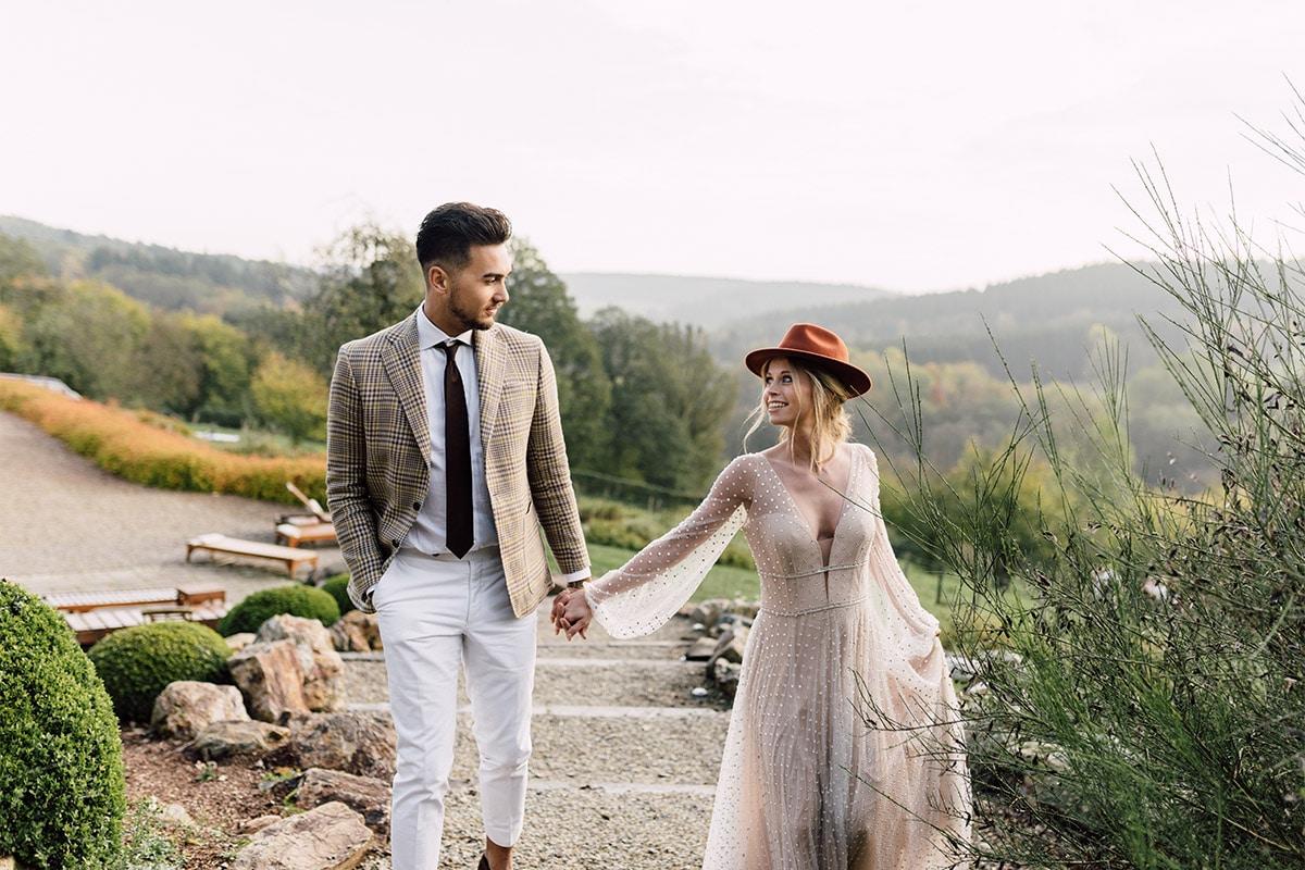 Modern trouwpak buitenlucht