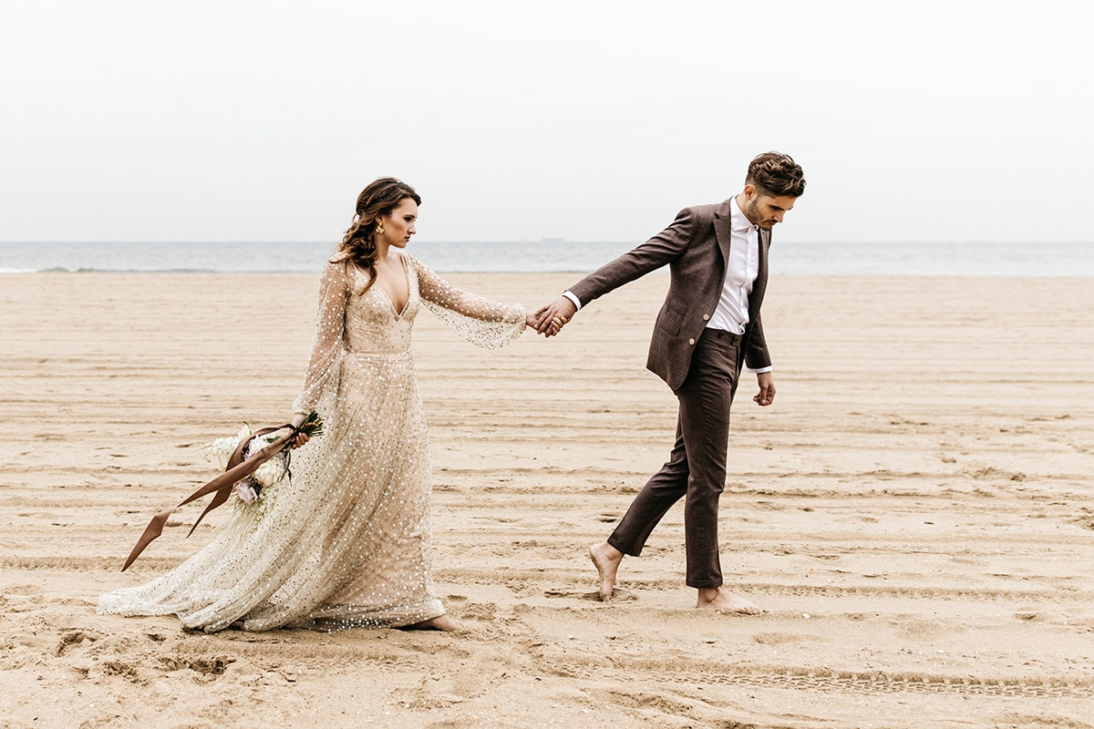Strand wandeling bruid en bruidegom