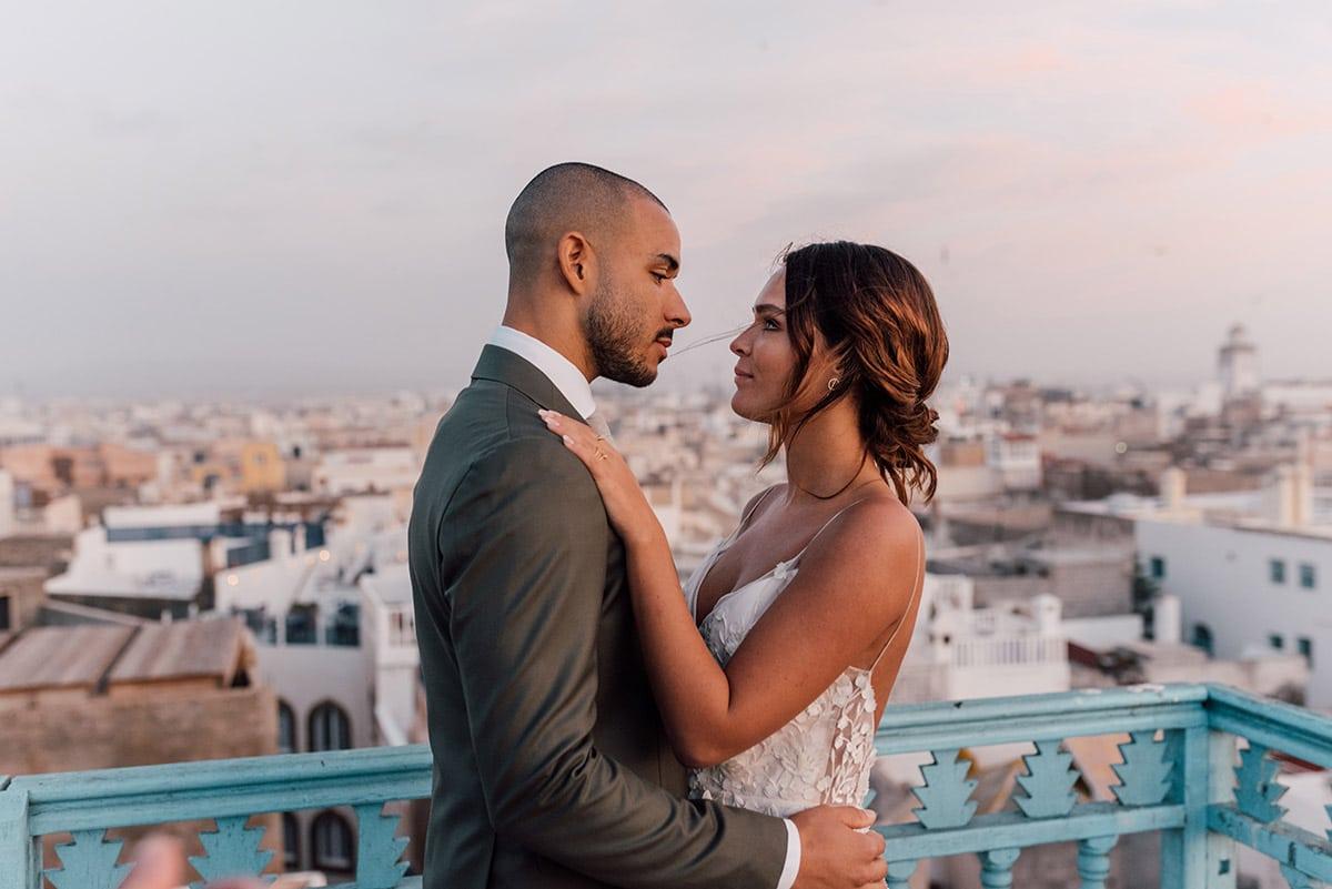 Bruidspaar met uitzicht de stad