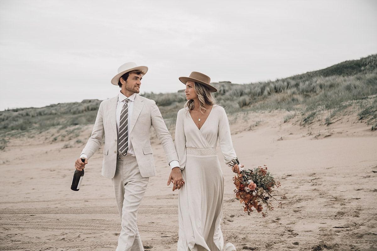 strand bruiloft met beige maatpak