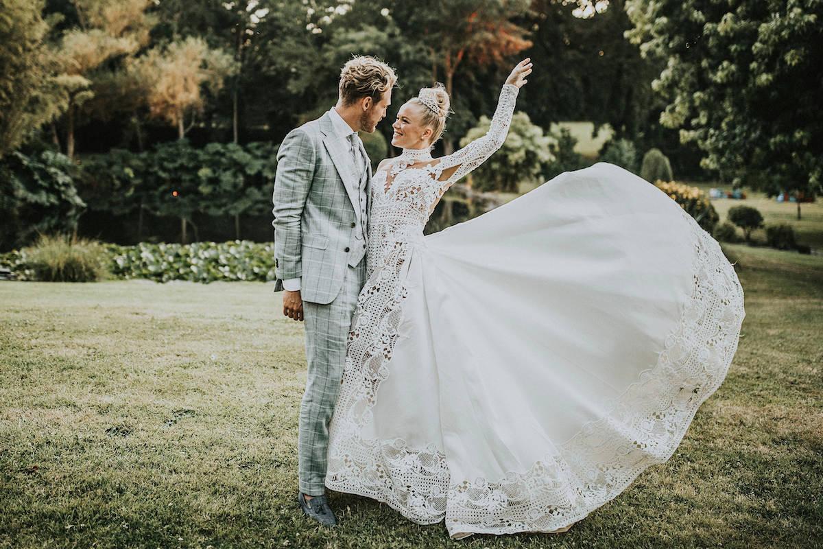 Bruidspaar in het park