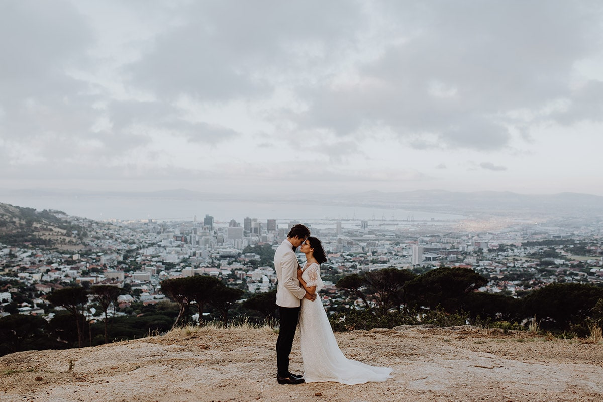Bruid en bruidegom met uitzicht op Kaapstad