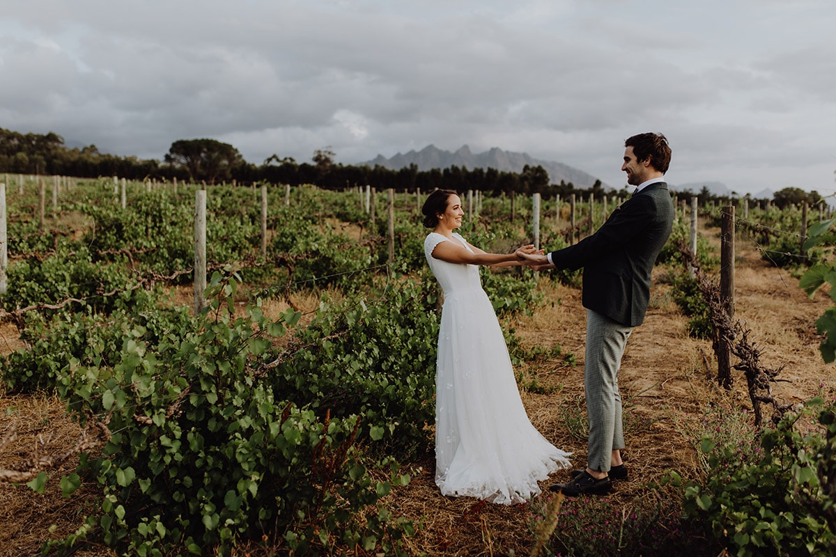 Bruidspaar op wijngaard in Zuid-Afrika