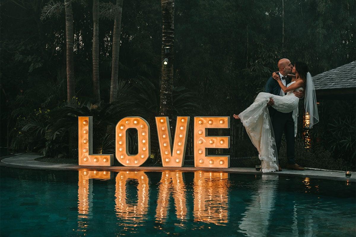 Liefde bij bruidspaar, avond huwelijk, Bali huwlelijk
