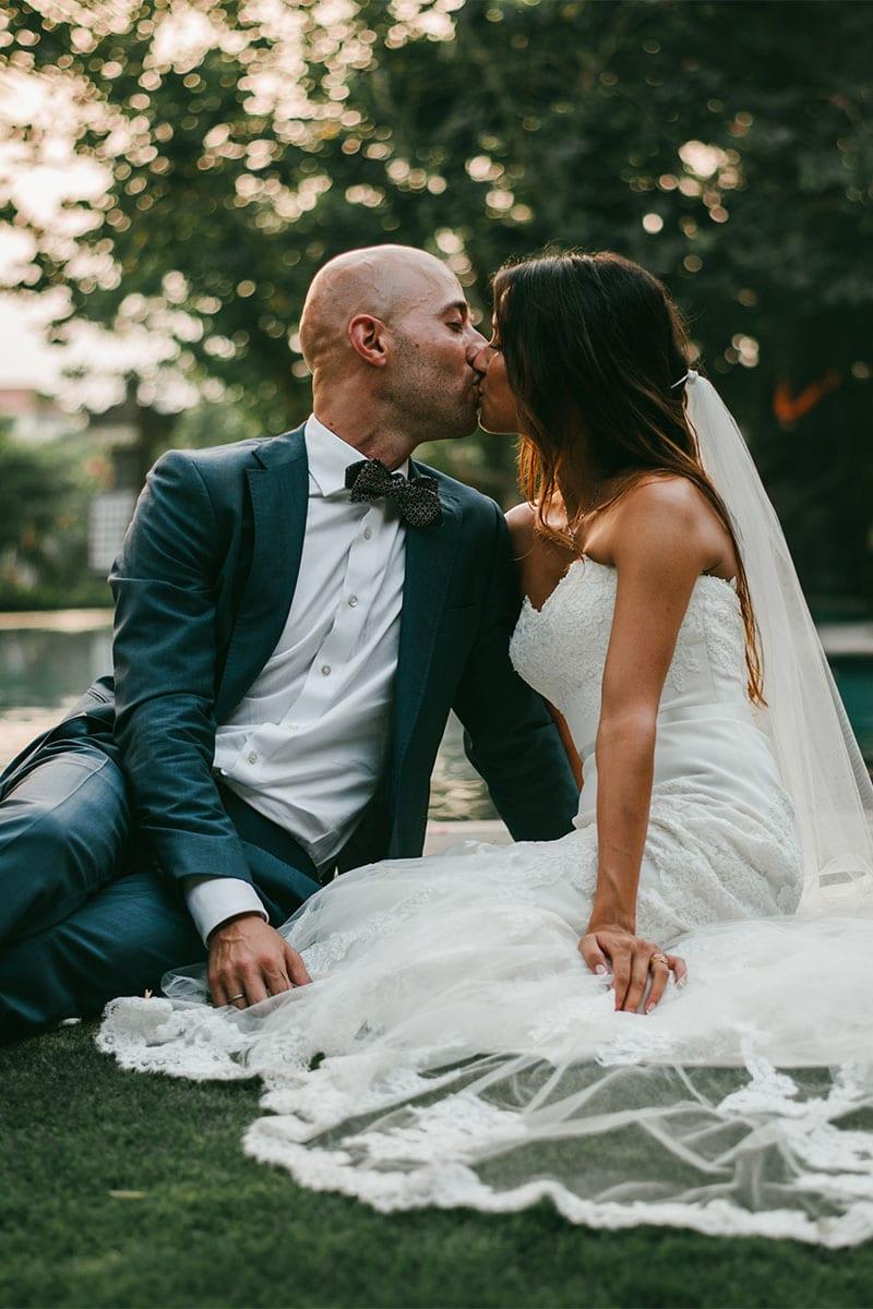 Intieme kus bruidspaar