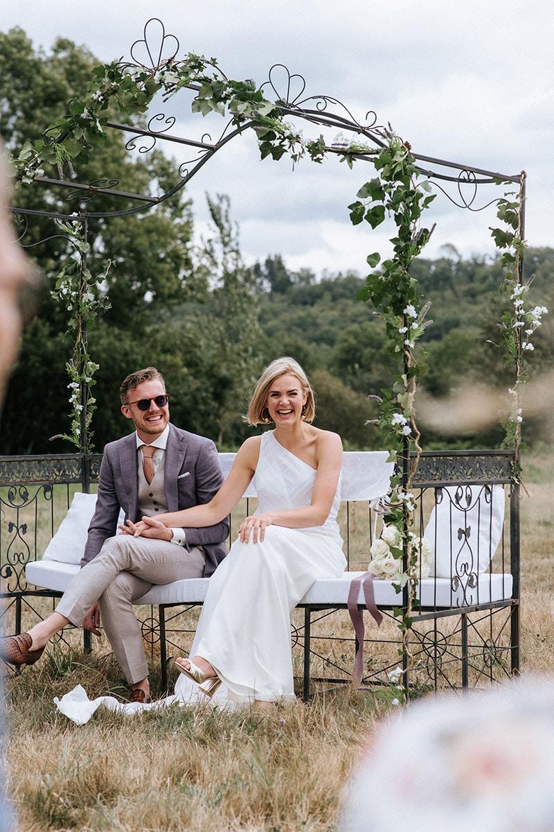 bruidegom op bankje met loafers