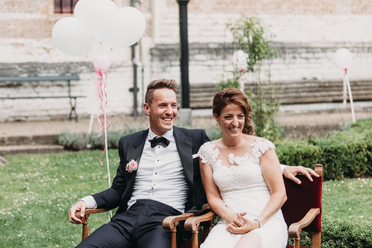 Buiten bruiloft met ballonnen