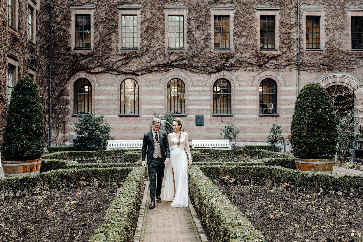 Bruidspaar op binnenplaats