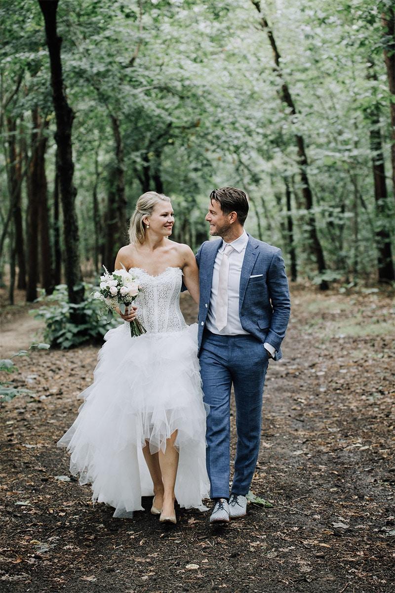 Relaxte houding, tevreden bruidspaar, Trouwen in het bos
