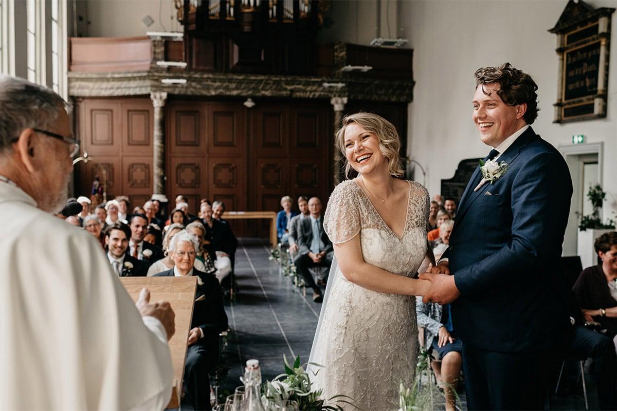 Babs met humor, priester orgel tijdens bruiloft. Details met maatwerk.