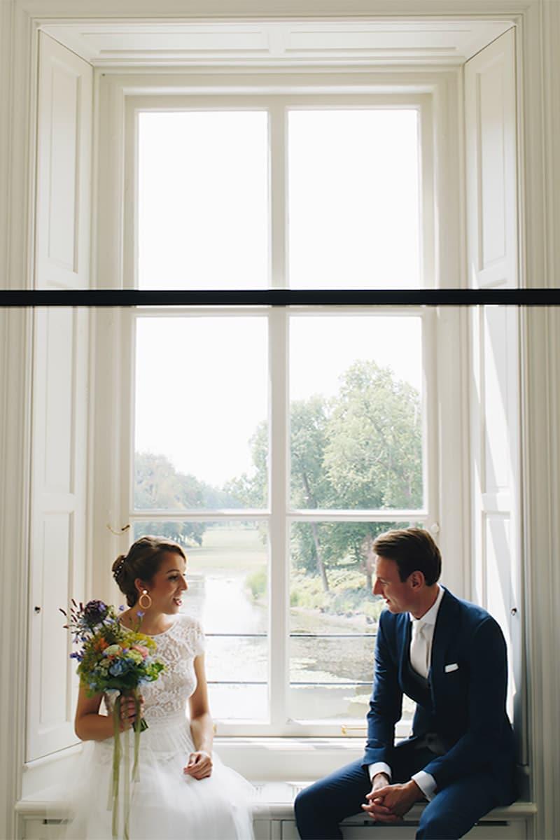 bruid en bruidegom voor het raam