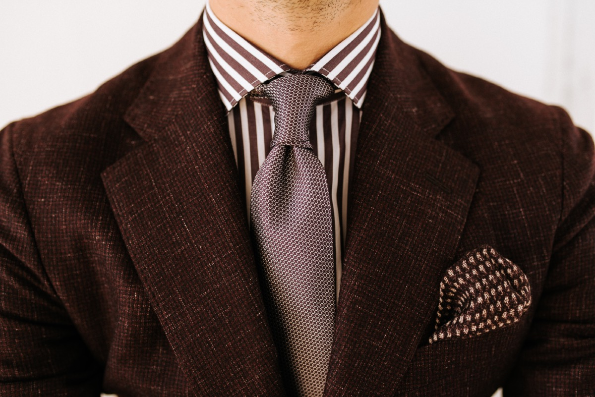 bruin gestreept maatshirt met stropdas
