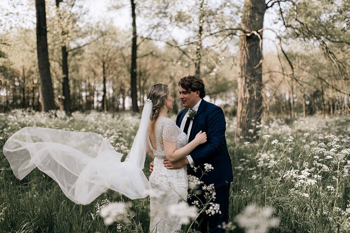 Bruidspaar in het bos op de heide. Grote maat Trouwpak
