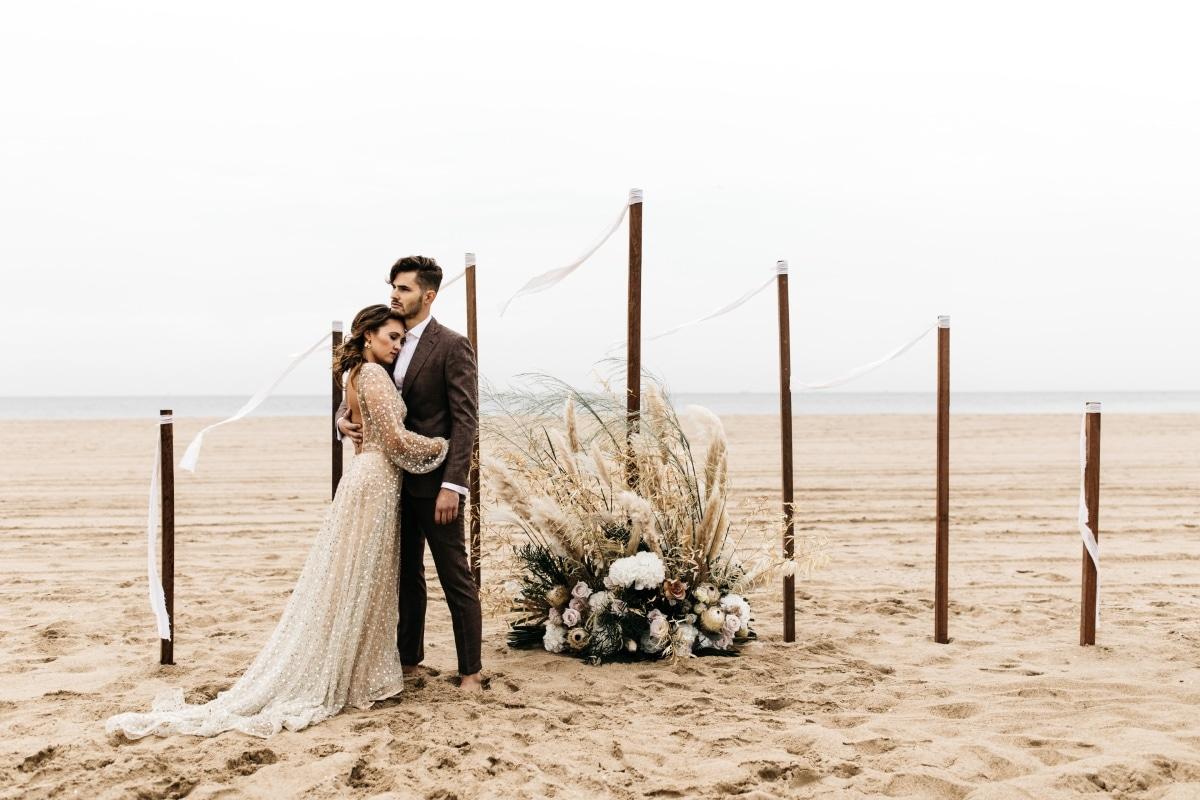 Taupe thema bruiloft, Strandbruiloft, Chocolade bruin trouwpak