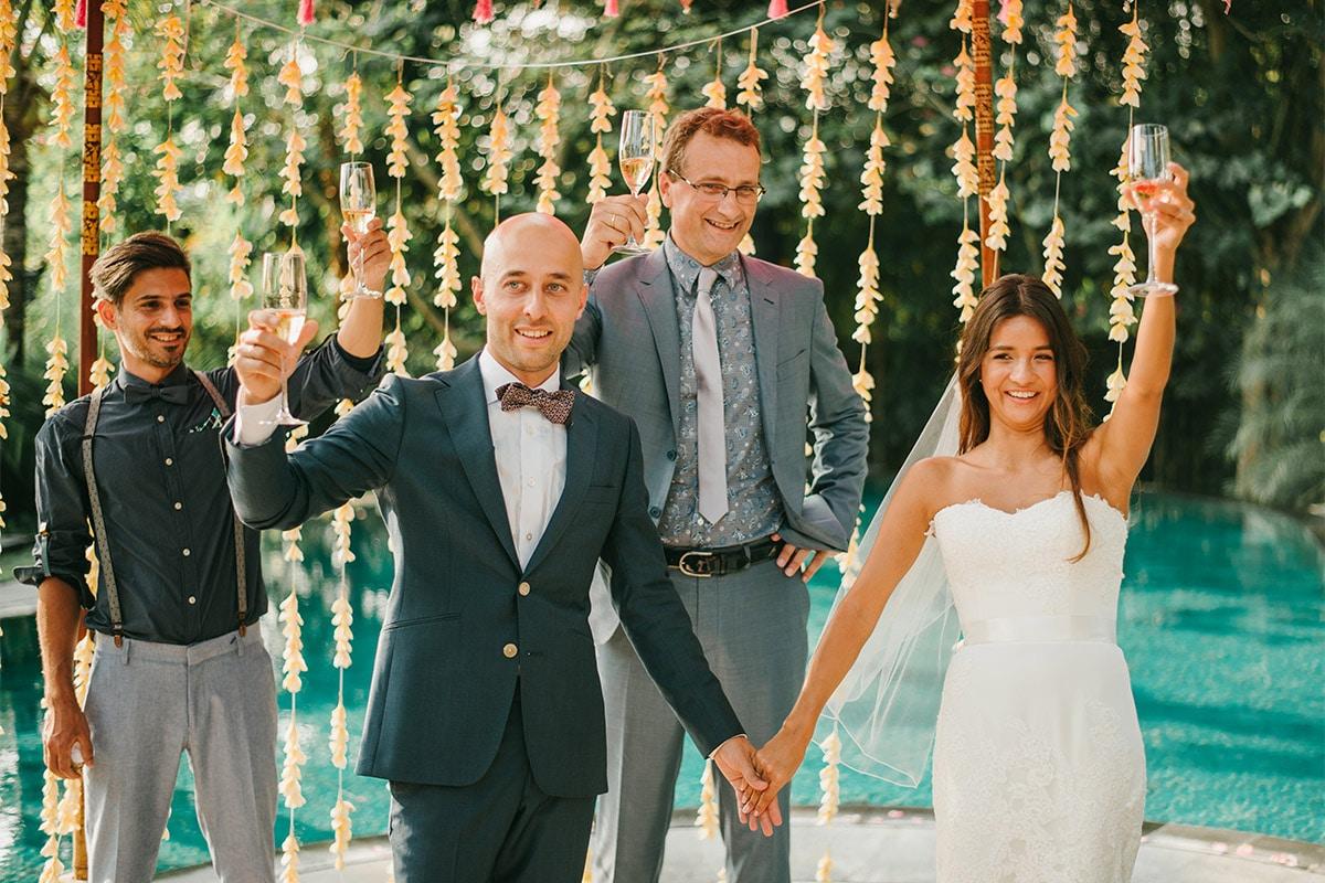 Het glas heffen met het bruidspaar, Perfect buitenland huwelijk