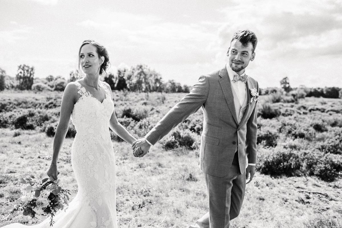 Wandelen over de heide met het bruidspaar