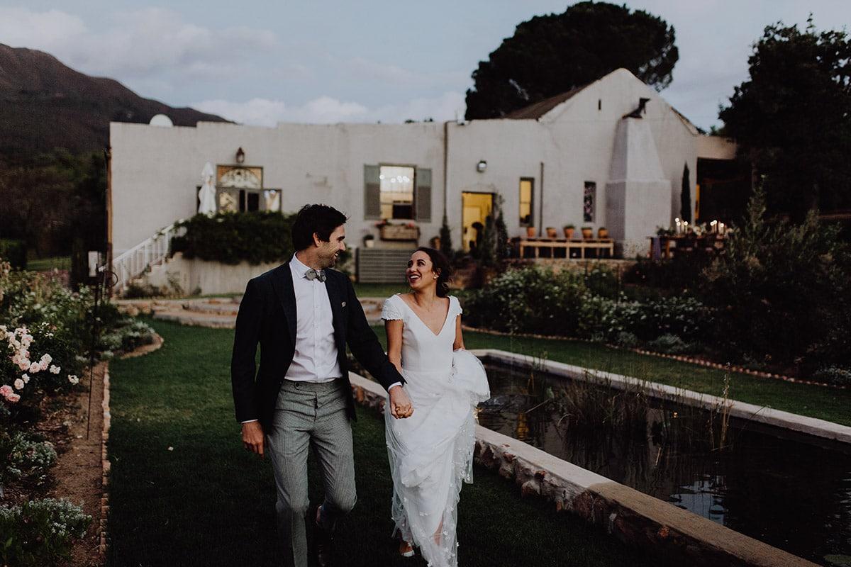 Bruid en bruidegom in tuin