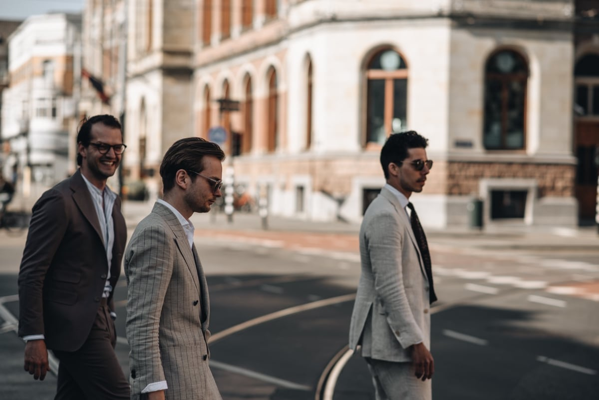 Zomer pak op maat, Conservatorium hotel, Mannen in pak met bril