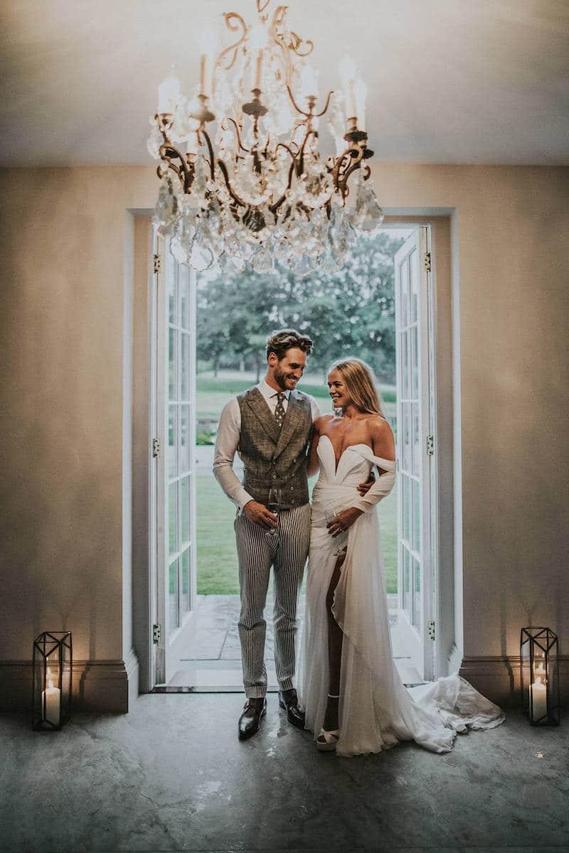 Het glas heffen samen met de bruid