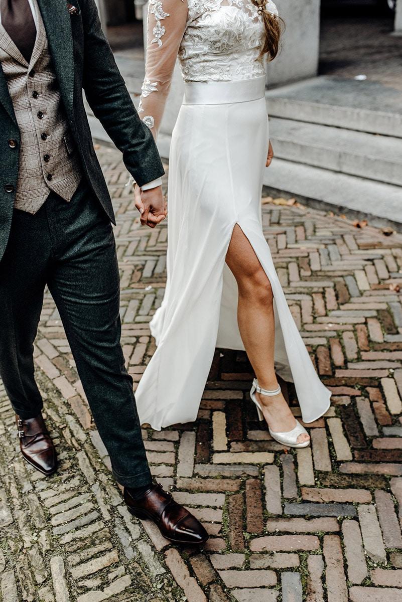 Bruidspaar met glimmende schoenen