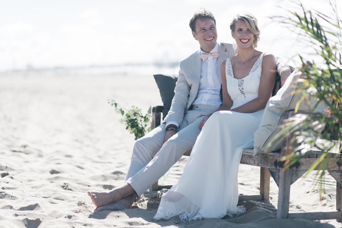 Strand bruiloft, Blote voeten in strand, Glimlachen bruidspaar