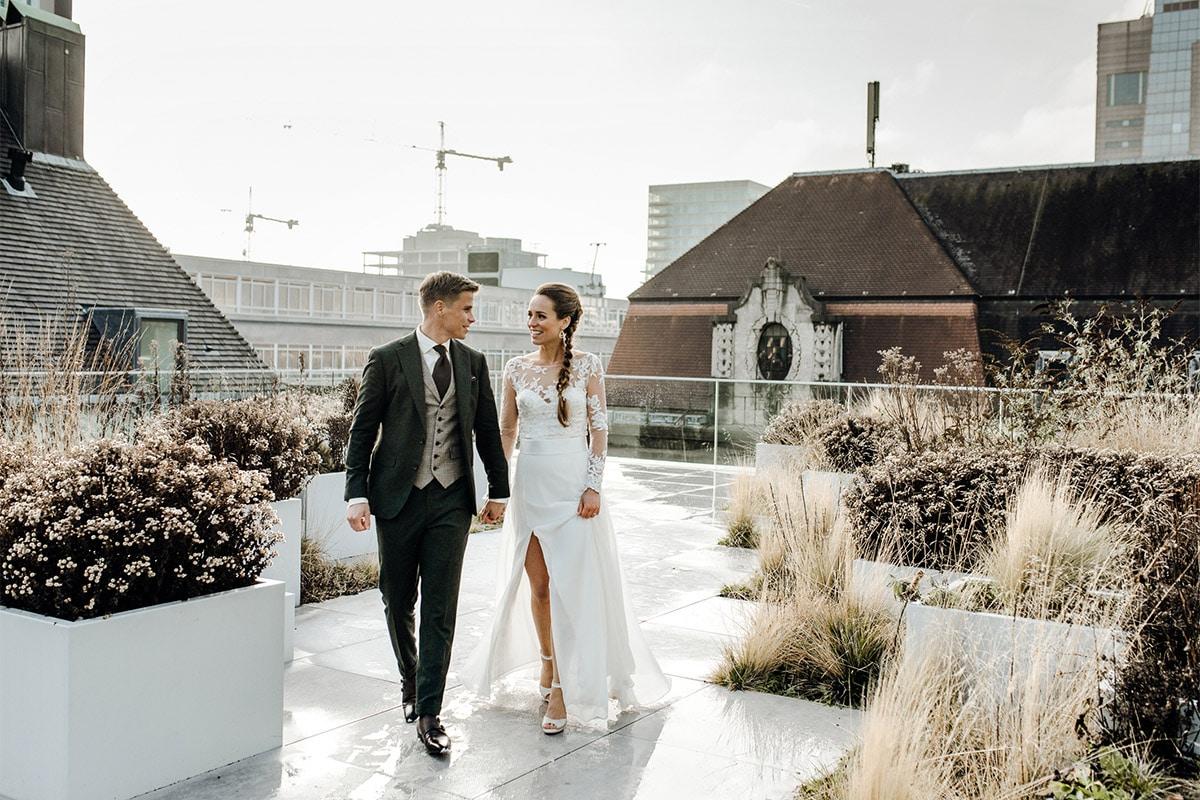 Bruid en bruidegom op het dak