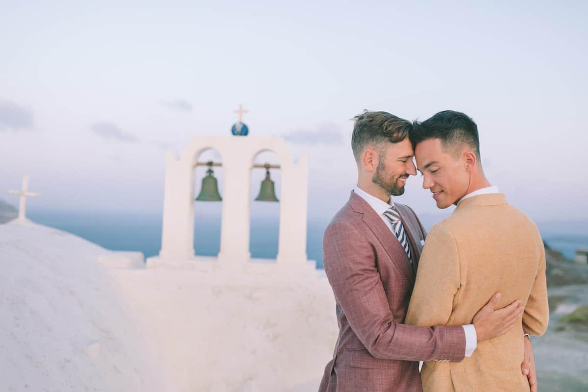 Gaywedding bij kerk