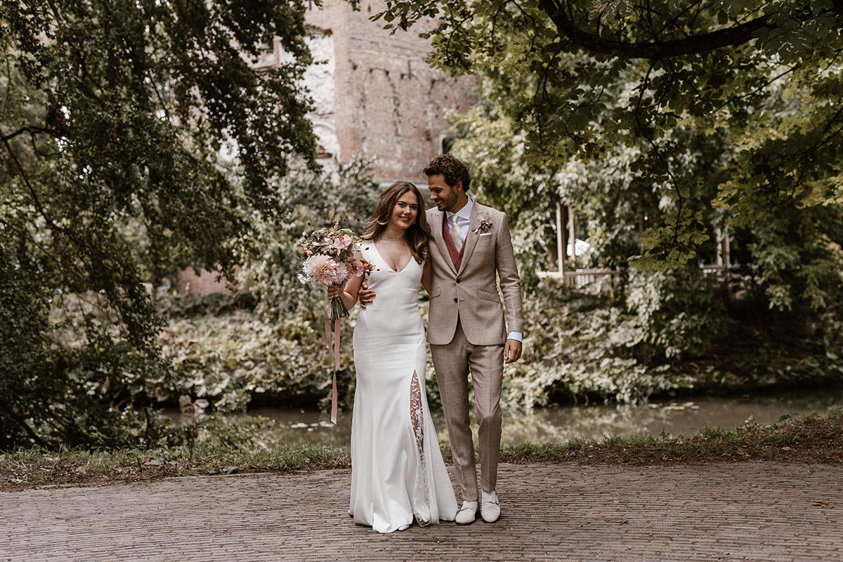 Huwelijk bij een slot kasteel onder de bomen