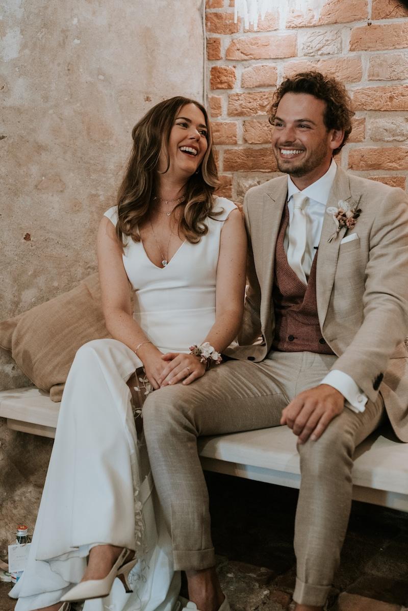 Glimlachen na speech, getailleerd Italiaanse snit