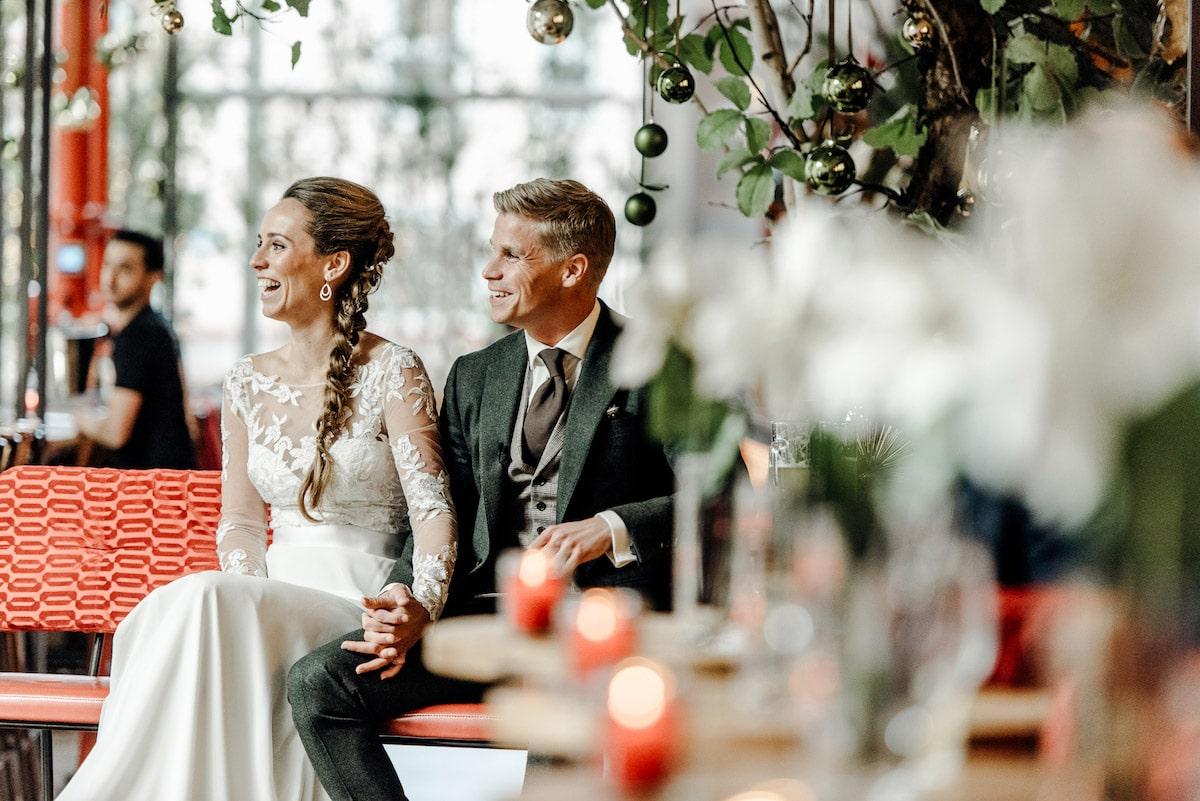 Bruidspaar uitzinnige vreugde reactie