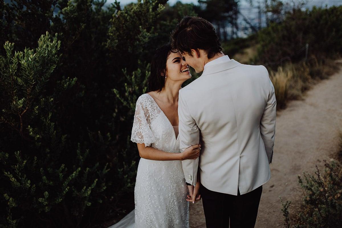Kussende bruid en bruidegom