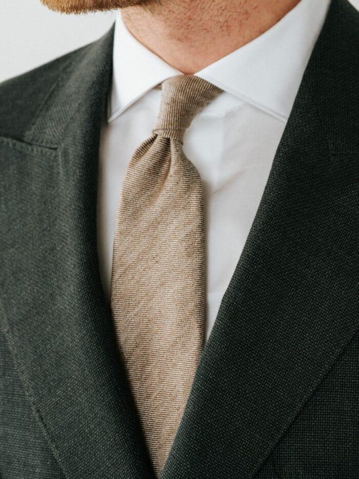 Zand kleurige linnen das, Strak wit hemd, groen hopsack pak