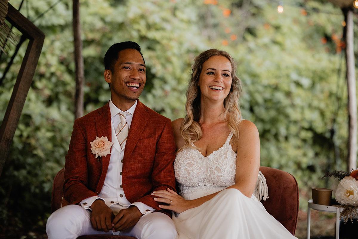 lachend bruidsstel buiten bruiloft