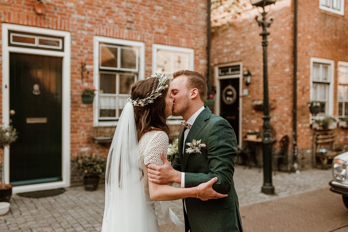 Kusmoment bruidspaar