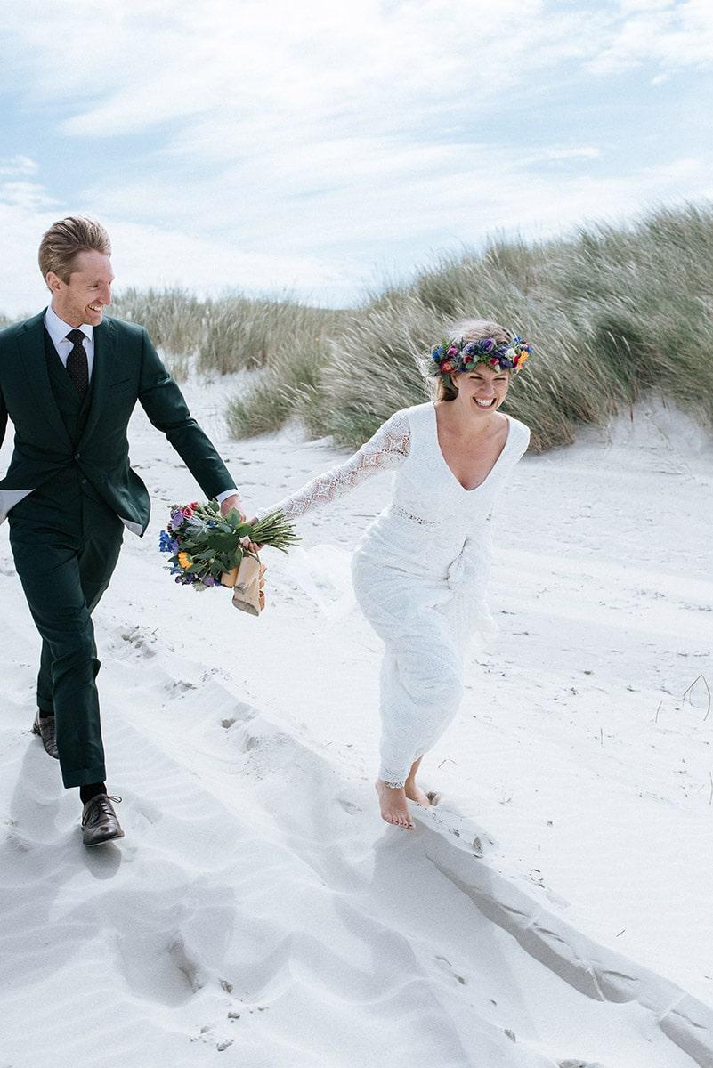 Strand wandeling, plezier, fun, pret huwelijk, Chique trouwpak