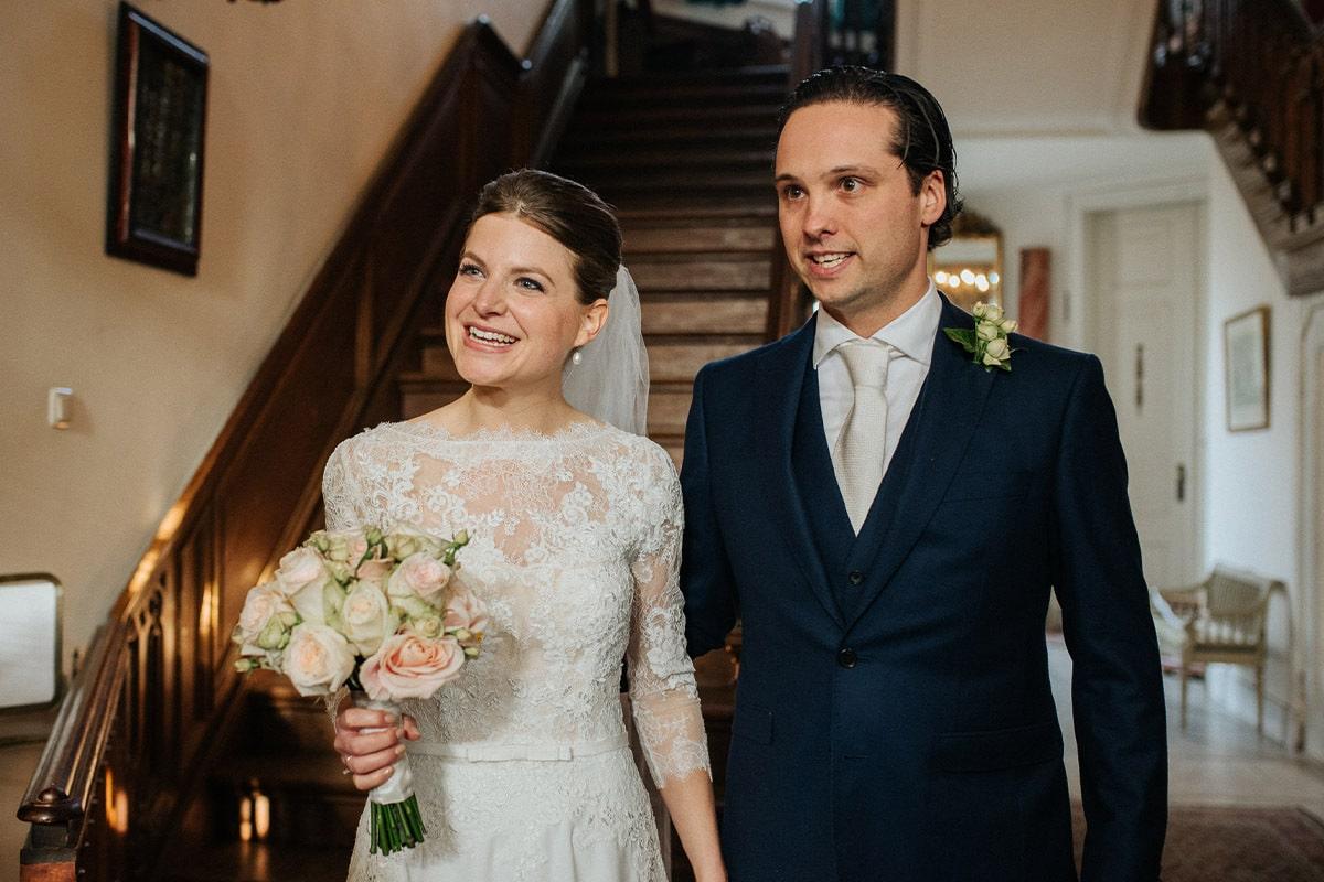 bruid en bruidegom onder aan trap