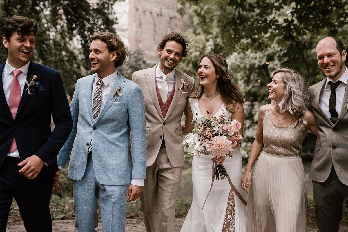 Bruidspersoneel in lichtblauw linnen beige en donkerblauw maatkostuum