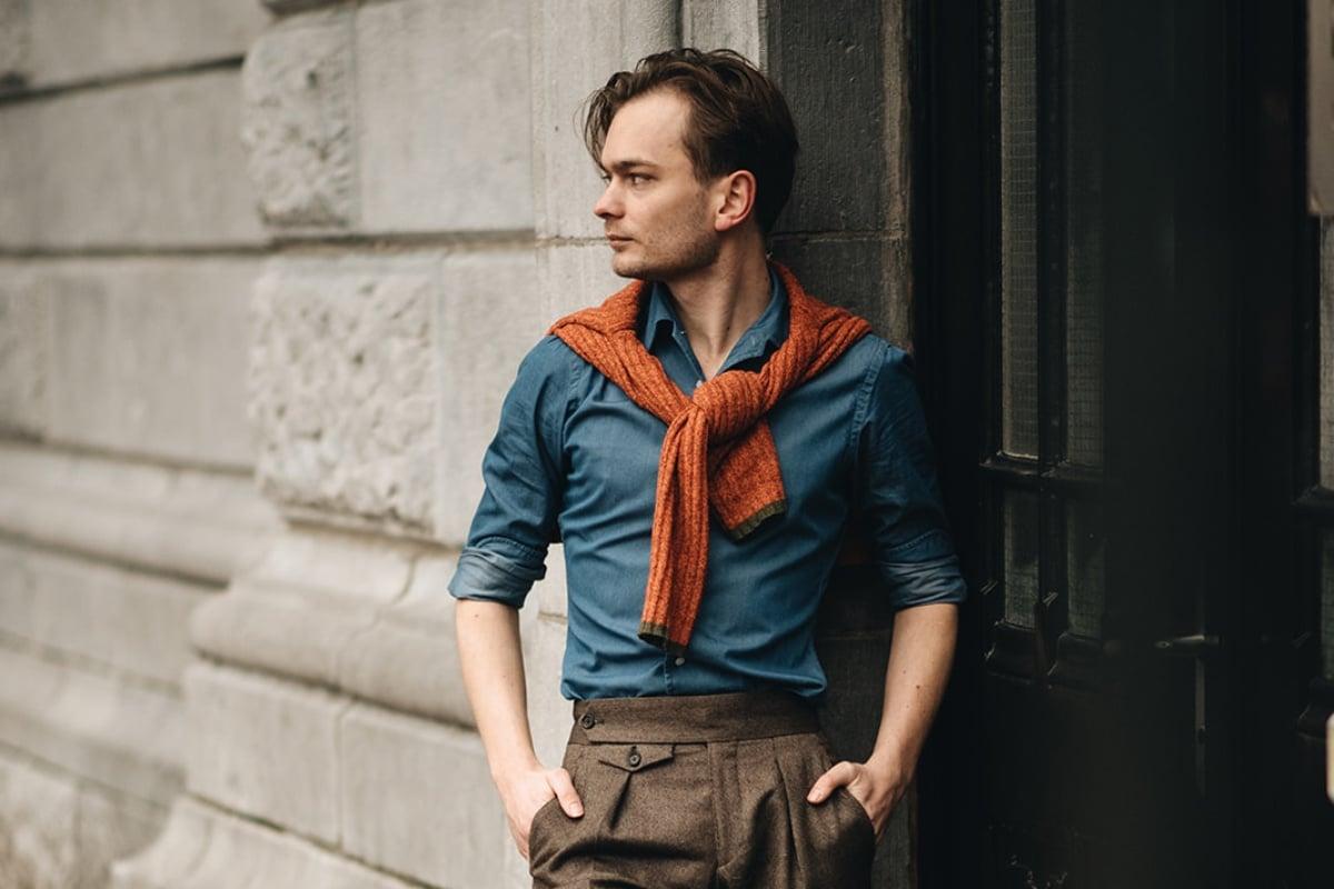 Denim shirt, oranje trui, bandplooien