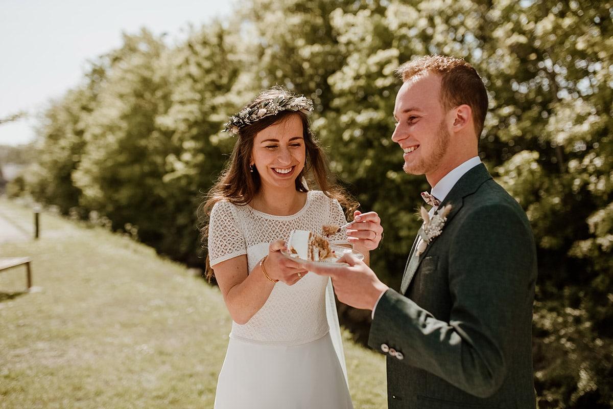 Taart eten bruidspaar