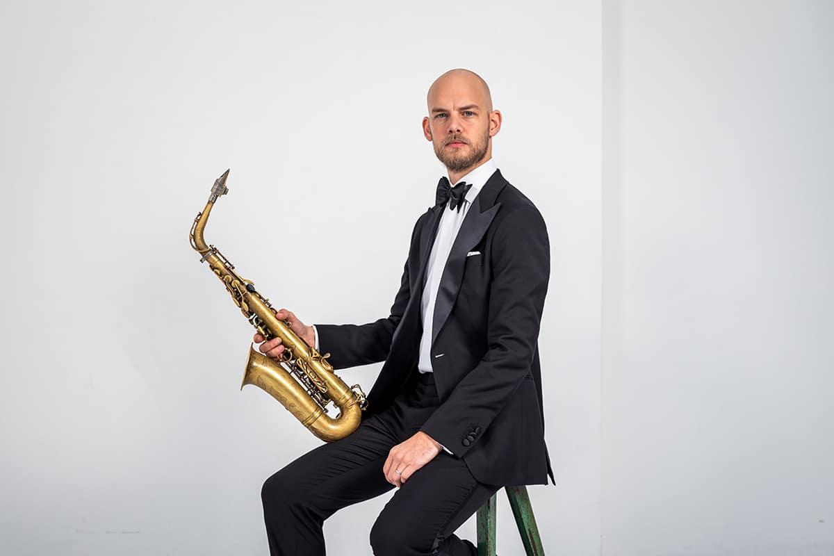 Black tie smoking van Loro Piana met saxofoon
