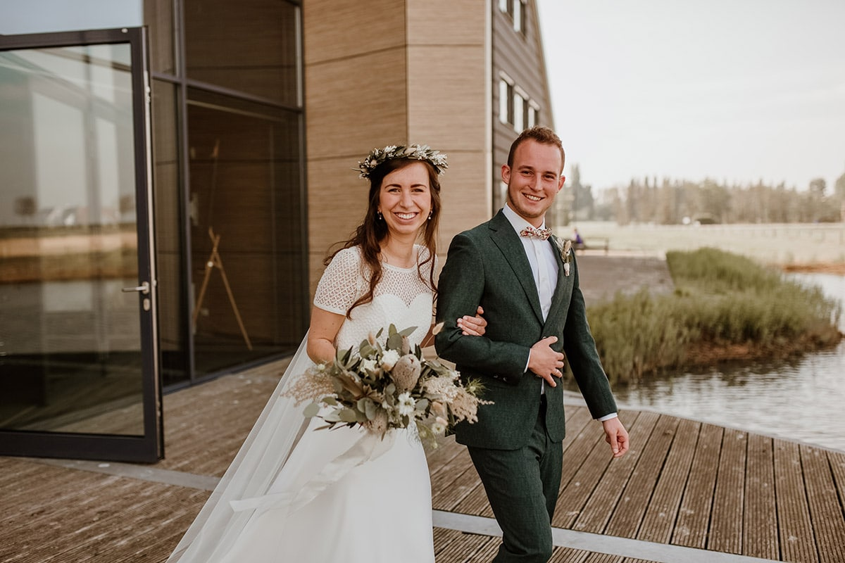 Lachend bruidspaar na plechtigheid