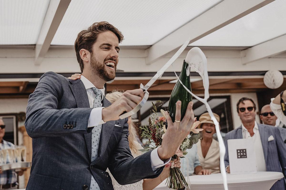 Champagne feestelijk sacreren tijdens huwelijk
