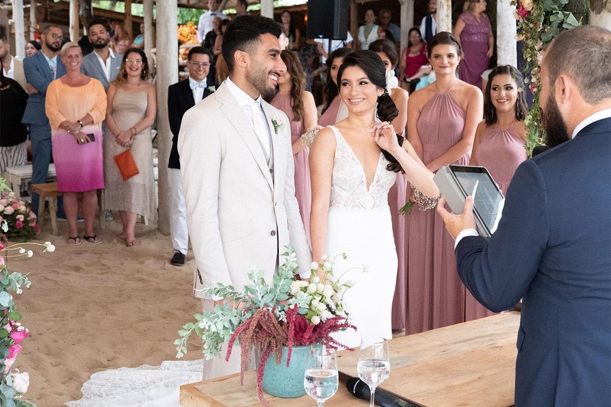 huwelijksceremonie met bruidsmeisjes