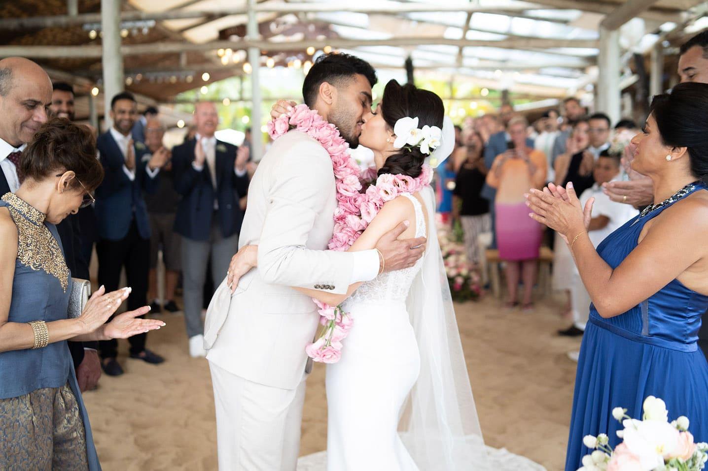 getrouwd kus bloemenkransen