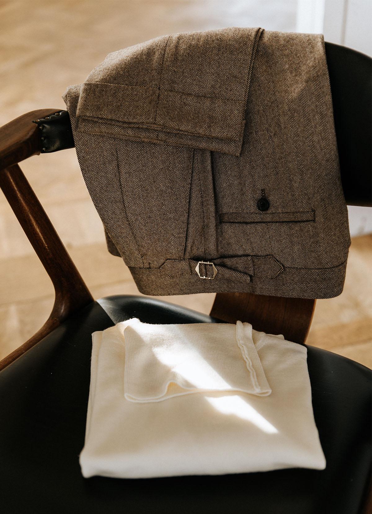 creme coltrui met bruine pantalon zijtrekkers