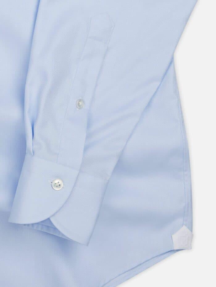Details mouw lichtblauw shirt