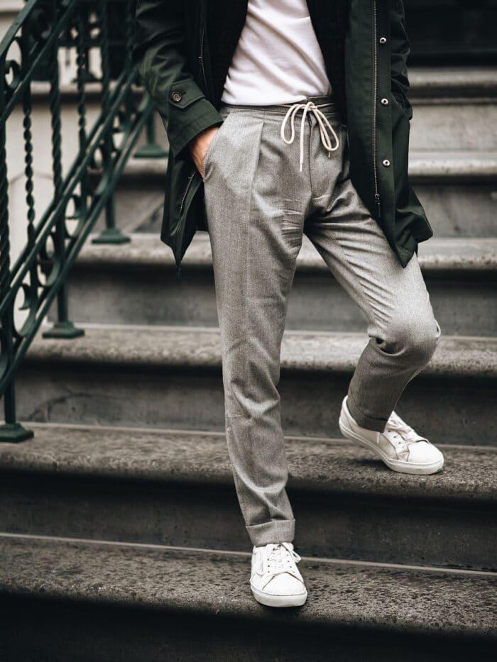 cord trouser met sneakers