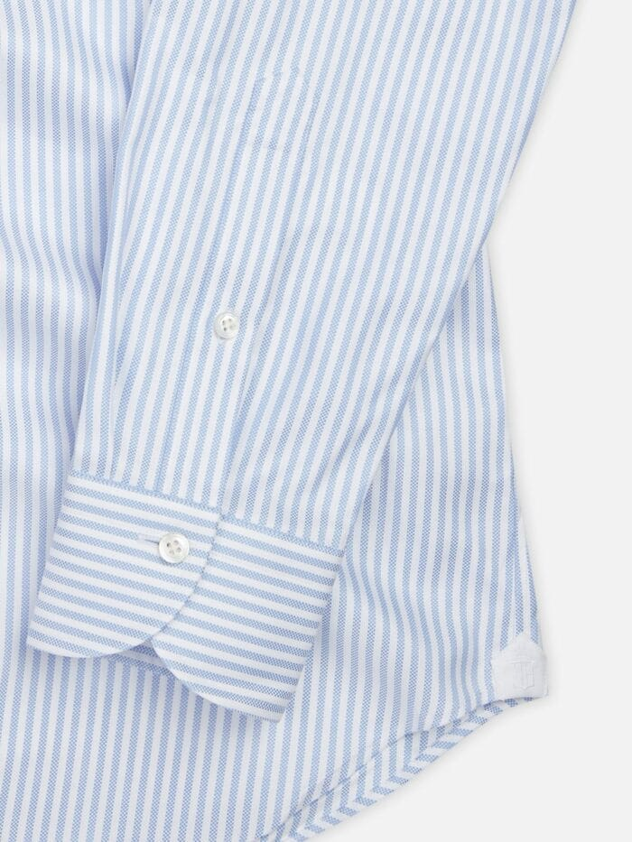 Details maatshirt lichtblauw wit gestreept
